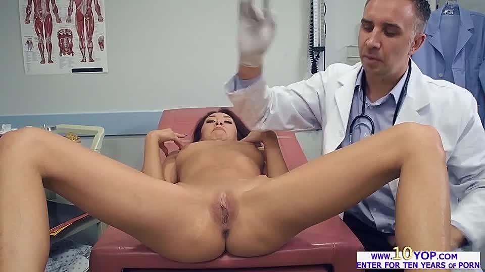Nackt frauen arzt Frau Beim